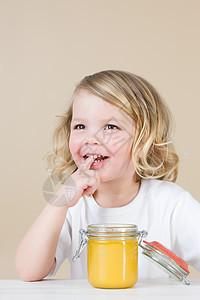 吃东西的女孩图片