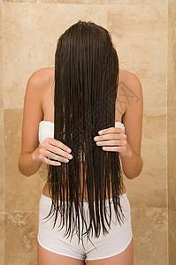 女性洗头图片