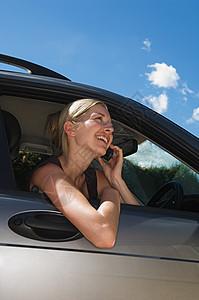 车上女人用手机图片