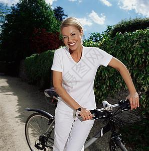 骑自行车在路上的女人图片
