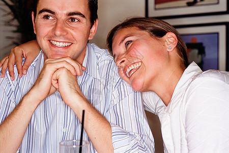 酒吧里快乐的年轻夫妇图片