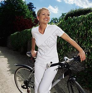骑自行车的女人图片