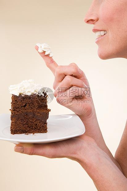 吃蛋糕的女人图片