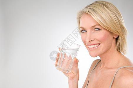 拿着一杯水的女人图片