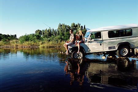 钓鱼的夫妻图片