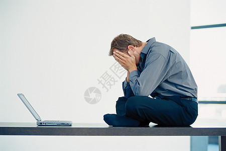 疲惫的男人图片