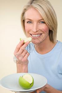 吃苹果的女人图片