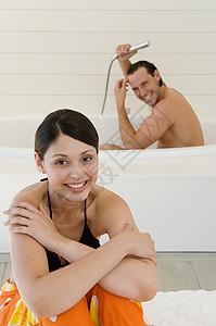 浴室里的情侣图片