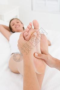 按摩脚的女人图片
