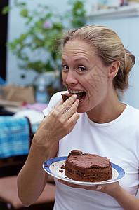 吃巧克力蛋糕的女孩图片
