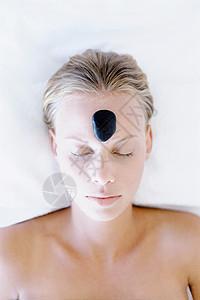 接受热岩治疗的妇女图片
