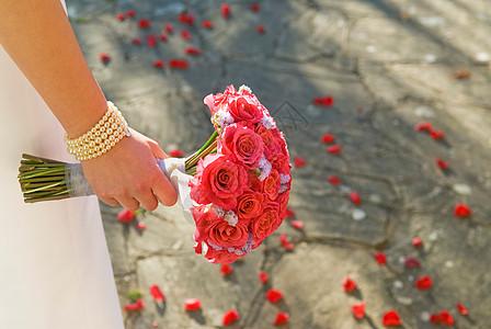 拿着玫瑰花的女人图片