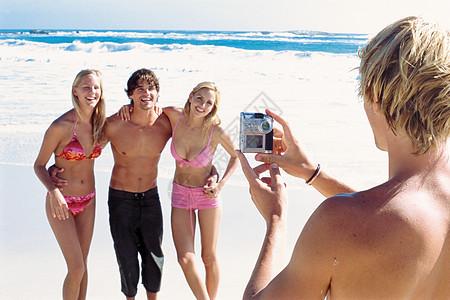 海滩上的一群朋友图片