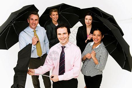 撑伞的商务人士图片