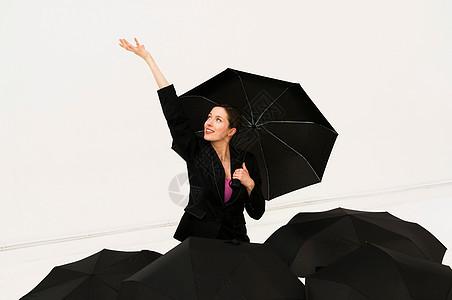 打雨伞的女人图片