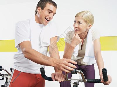 骑动感单车的女人图片