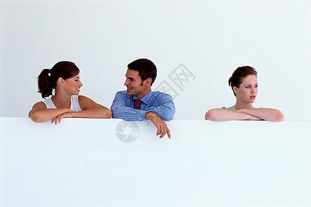 办公室的三人图片