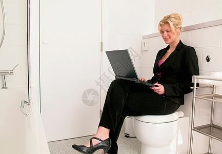 女商人在浴室工作图片