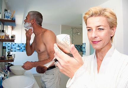 浴室里的俩人图片