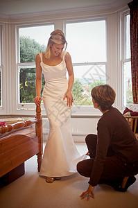 一位新娘正在试衣图片