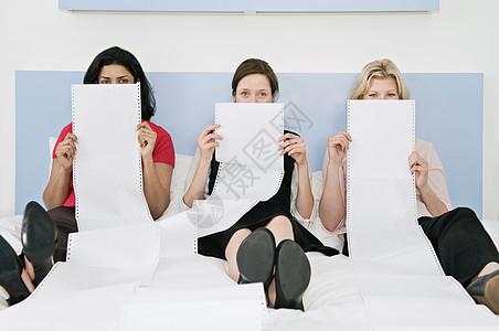 三位女同事的肖像图片