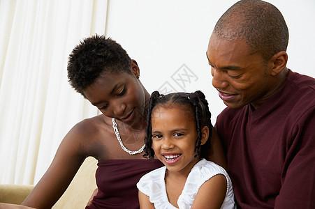 一家人坐在沙发上图片