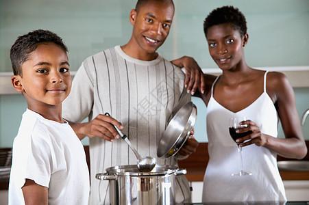 一家人在厨房图片