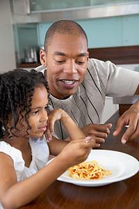 父亲和女儿在餐桌旁图片