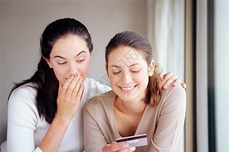 两个拿信用卡的女人图片
