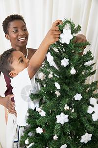 母亲和儿子装饰圣诞树图片
