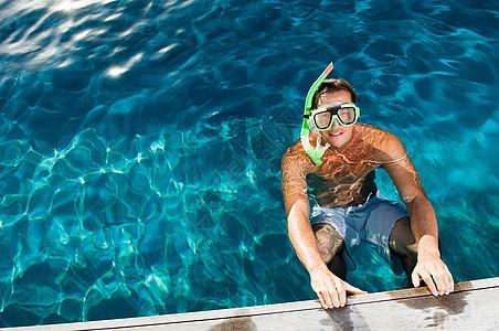 在游泳池边的年轻人图片