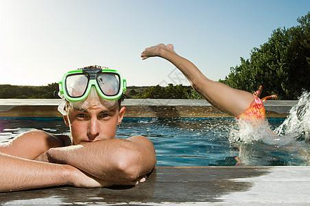 在泳池里的年轻人图片