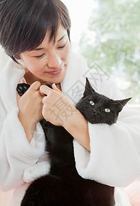 穿着浴衣抱猫的女人图片
