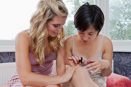 涂指甲油的女人图片