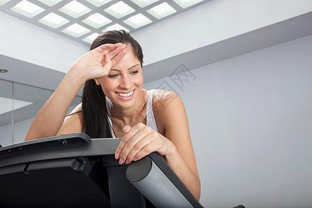 跑步机上微笑的女人图片
