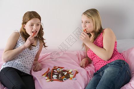 少女吃糖果图片