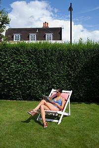 日光浴的女人图片