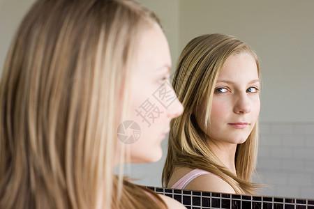 照镜子的少女图片