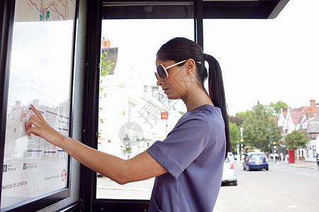 看城市公交地图的女人图片