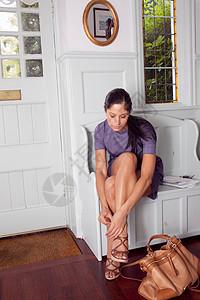 女人在门口脱鞋图片