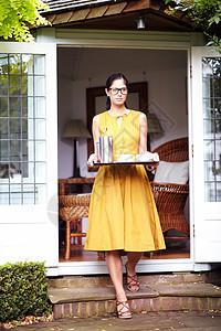 院子里拿盘子的女人图片