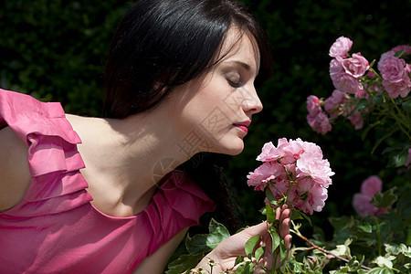 女人在闻花香图片