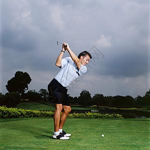 男子打高尔夫球图片
