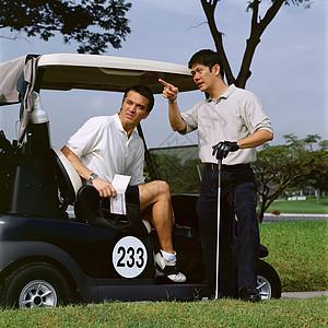 两个男人打高尔夫球图片