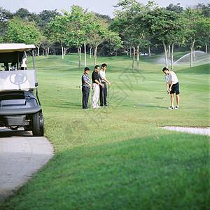 四个人打高尔夫球图片