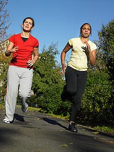 两个女人慢跑图片