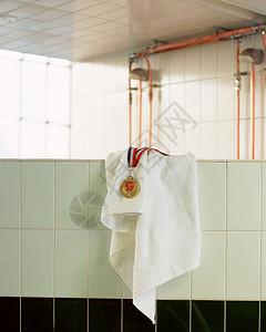 墙上的奖牌和毛巾图片
