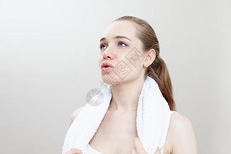 脖子上缠着毛巾的女人图片