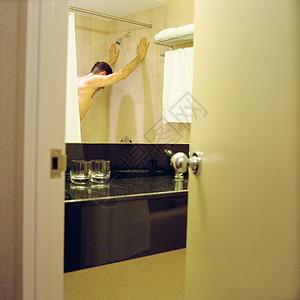 站在淋浴间的男人图片
