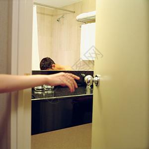 打开浴室门的人图片